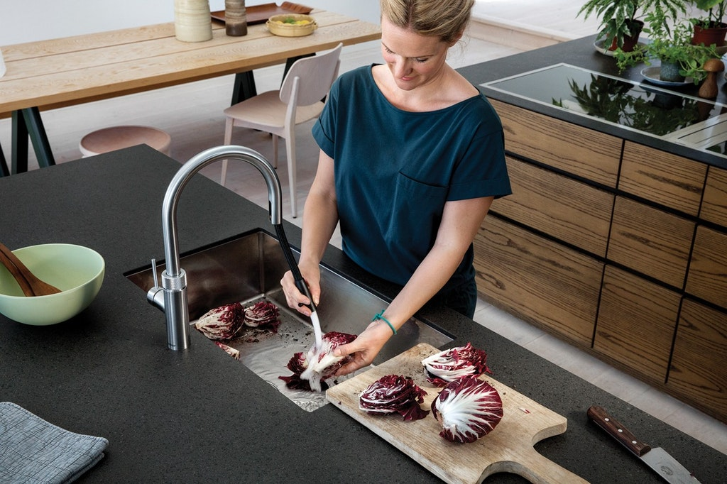 woman using quooker flex tab